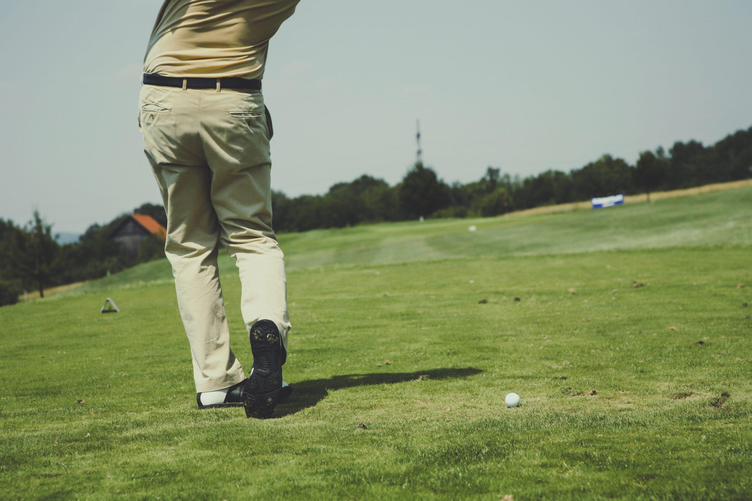 beach rental tin can bay man playing golf
